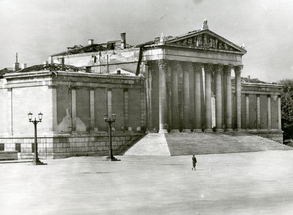 Bild Das im Zweiten Weltkrieg ausgebrannte Ausstellungsgebäude am gepflasterten Königsplatz im Jahr 1947