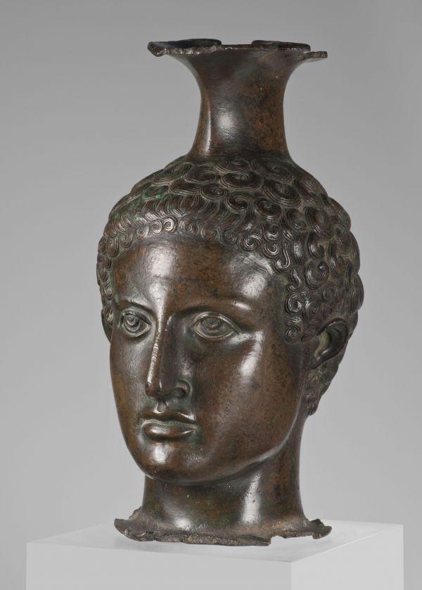 Bild Die etruskische Weinkanne in Gestalt eines Jünglingskopfes kam bereits um 1550 nach München. 350–325 v. Chr.