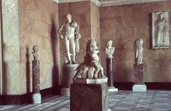 Bild Farbphotographie des Saales 6 der Glyptothek im Jahr 1939