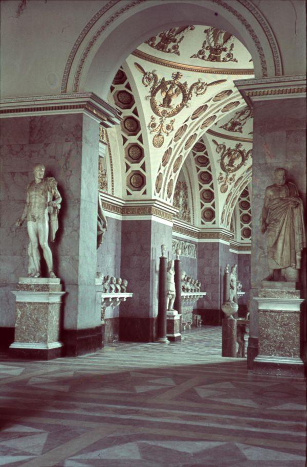 Bild Farbphotographie mit Blick aus dem Heroensaal in den Römersaal 1939
