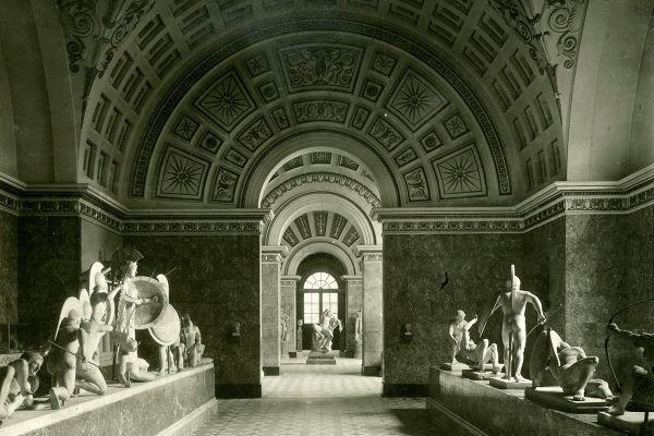 Bild Photographie vor 1939 mit den Giebelfiguren von Aigina in ihrer alten Aufstellung