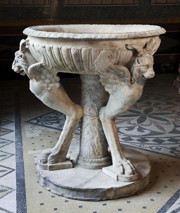 Bild Ein römisches Prunkbecken im Sommertriclinium des Pompejanums