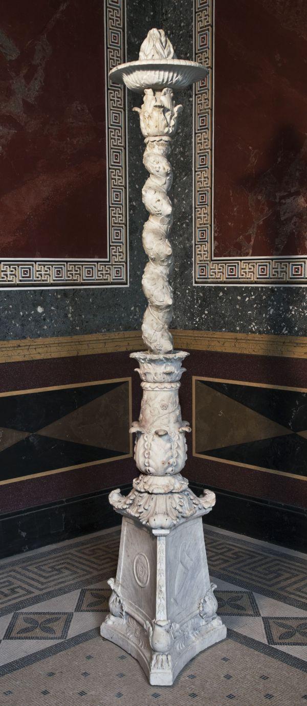 Bild Marmorner Kandelaber im Sommertriclinium