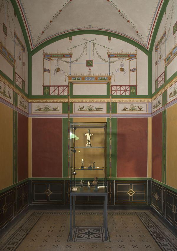 Bild Blick in einen kleinen, sich zum Atrium hin öffnenden Raum, der als Ort des Hausaltares interpretiert wurde.