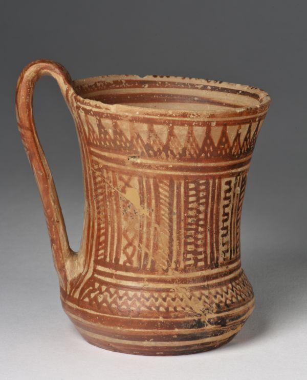 Bild Geometrischer Becher Die geometrische Kunst (1050–700 v. Chr.) verdankt ihren Namen dem Dekor. Athen, 800–750 v. Chr.