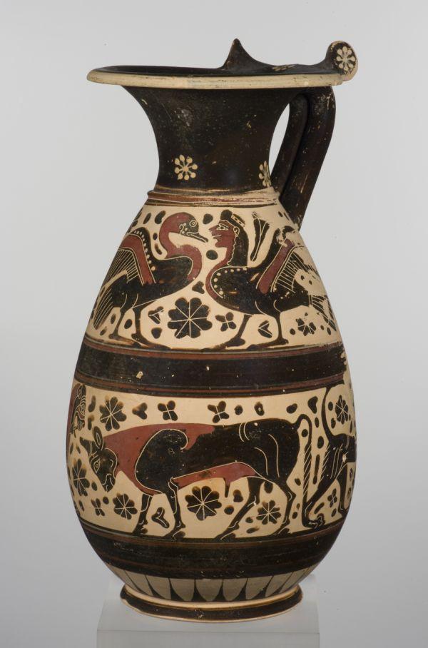 Bild Weinkanne mit einer detailreichen figürlichen Darstellung, wie sie für die archaische Zeit typisch ist. Aus Korinth, 640–625 v. Chr.