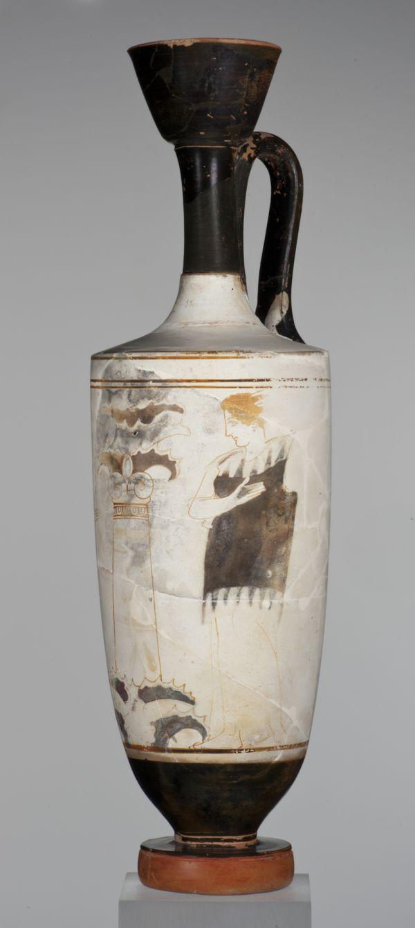Bild Die Darstellung auf dieser weißgrundigen Lekythos zeigt einen hohen Grabstein, vor dem eine klagende Frau steht. Athen, 430–420 v. Chr.